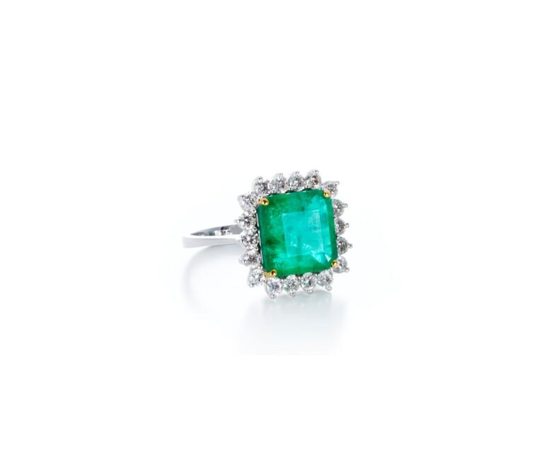 Anel em Ouro Branco de Esmeralda com Diamantes